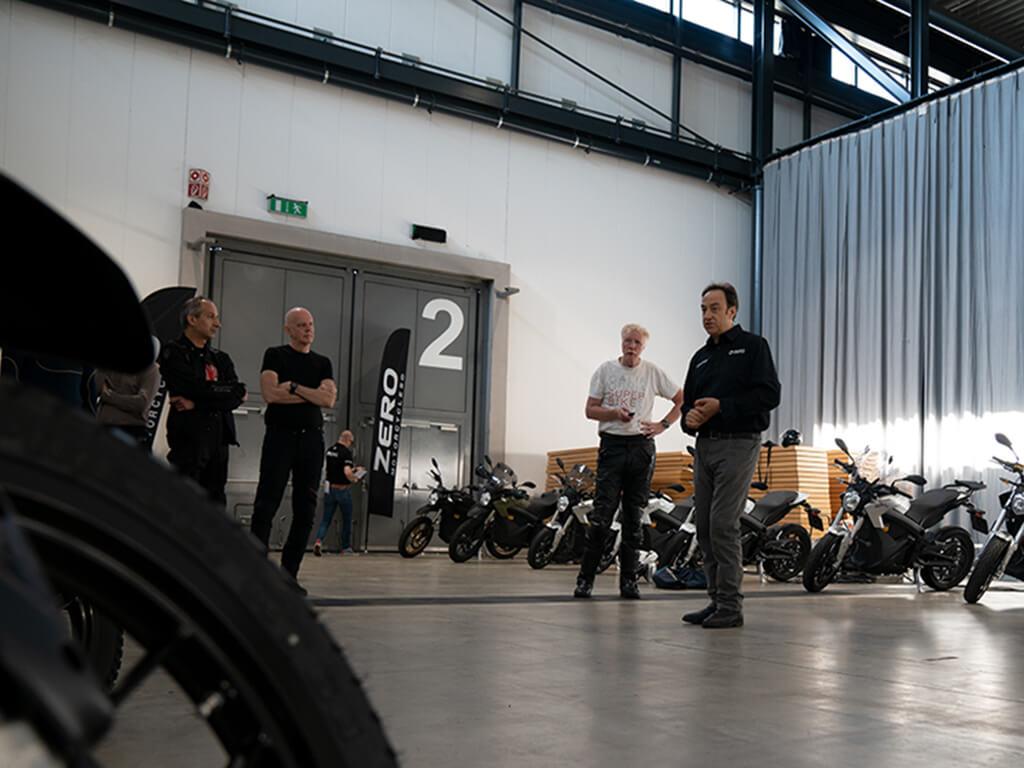 Das Bild zeigt das Team von Zero Motorcycles bei den Vorbereitungen einer Pressefahrt im Schwarzwald.