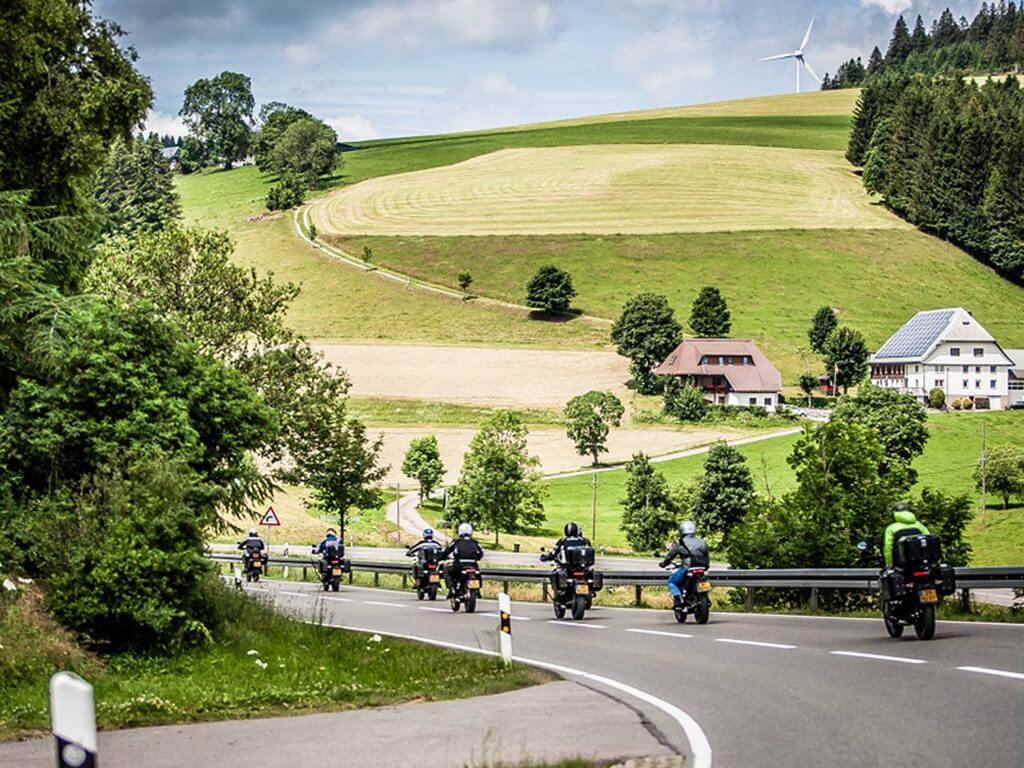 Das Bild zeigt eine Gruppe Motorradfahrer bei unserer Pressefahrt für Zero Motorcycles durch den Schwarzwald.
