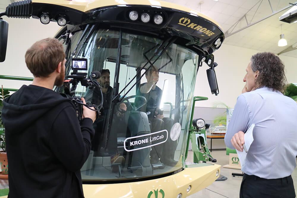 Bild zeigt das Team bei den Dreharbeiten für unseren Kunden HypoVereinsbank beim Landmaschinenhersteller Krone.