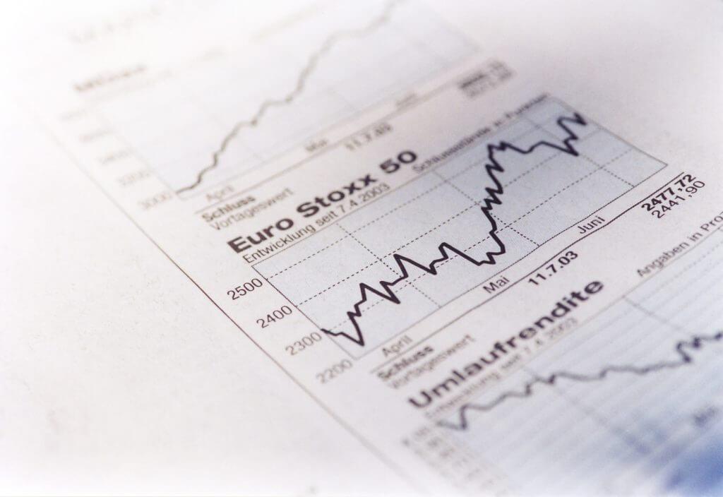 Das Bild zeigt den Aktienkursverlauf des Euro Stoxx. Der Artikel beschäftigt sich mit der Frage, ob Aufsichtsräte aktiv kommunizieren sollten.
