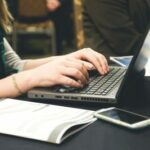 Das Bild zeigt eine Person an einem Laptop. Der Artikel stellt das Collaboration-Tool Slack als neuen Weg der Zusammenarbeit vor.