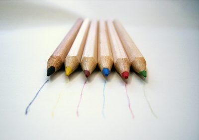 Das bild zeigt mehrere Buntstifte. Der ARtikel beschreibt den Unterschied zwischen Content Marketing und PR.