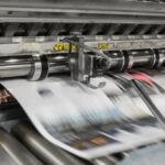Das Bild zeigt wie eine Zeitung gedruckt wird. Der Artikel erklärt, warum Bildmaterial bei jeder Pressemitteilung Pflicht ist.