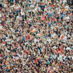 Bild einer Menschenmenge. Der Artikel gibt fünf Tipps für Repräsentativ-Umfragen in der PR