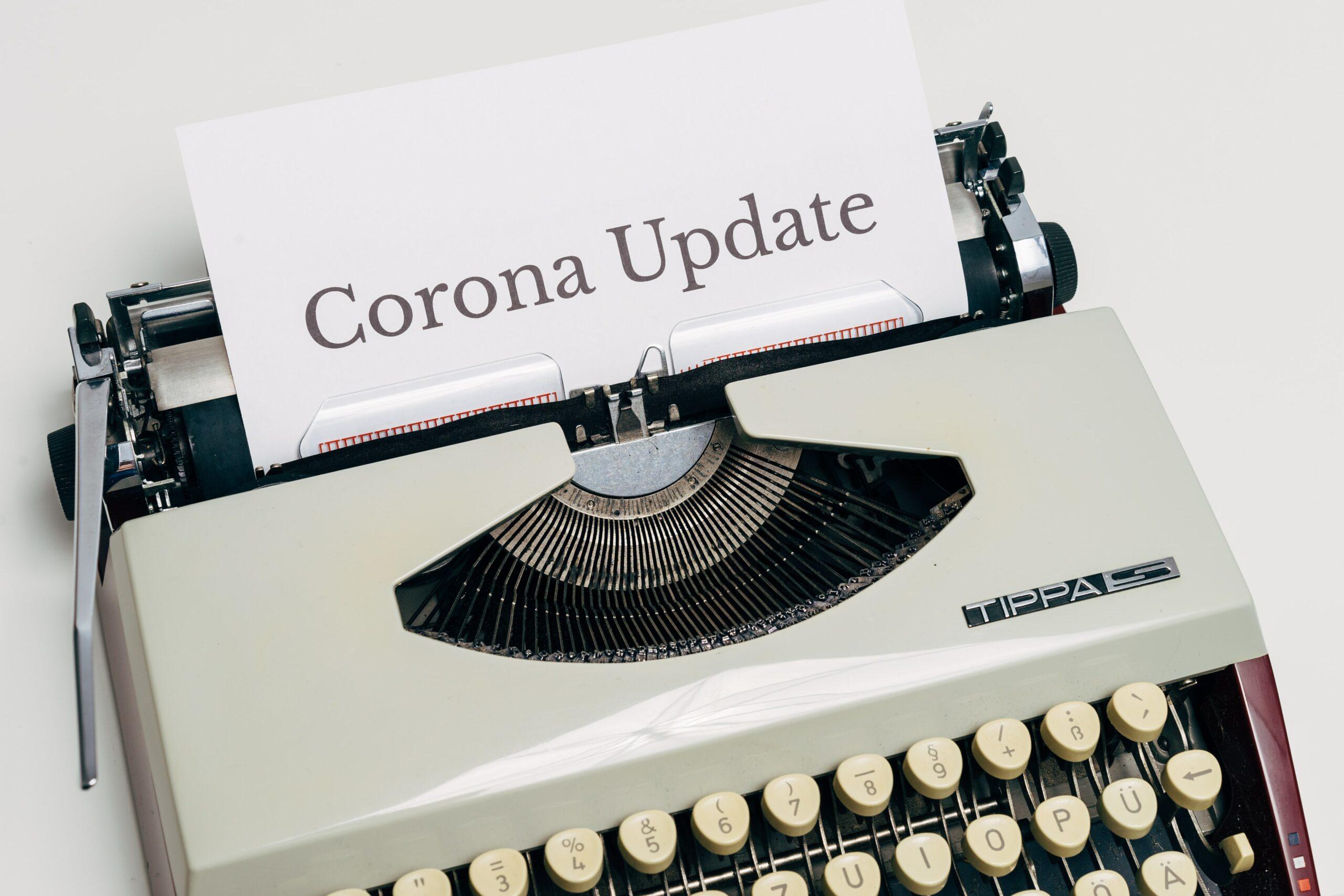 Schreibmaschiene tippt die Worte Corona Update. Dieses Bild leitet einen Artikel zur Krisenkommunikation in Zeiten von Corona ein.